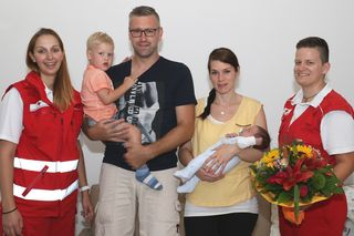 Die Rotkreuz-Geburtshelferinnen Doris Gruber (li.) und Carmen Männer (re.) aus Ternberg gratulierten den Eltern Sabrina und Christian Walker sowie Bruder David mit einem Blumenstrauß zur Geburt von Laurenz.