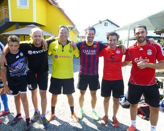 International! Beim Wiesenhofturnier in Thondorf – dem schrägsten Kickturnier des Landes – sind wieder Vertreter von Top-Teams dabei: Sturm, Dortmund, Barcelona, St. Pauli und Liverpool (v. l.).