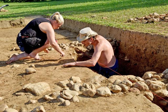 Die Archäologen Jennifer Portschy (links) und Numa Stamm arbeiten an der Freilegung eines großen antiken Ziegelofens.