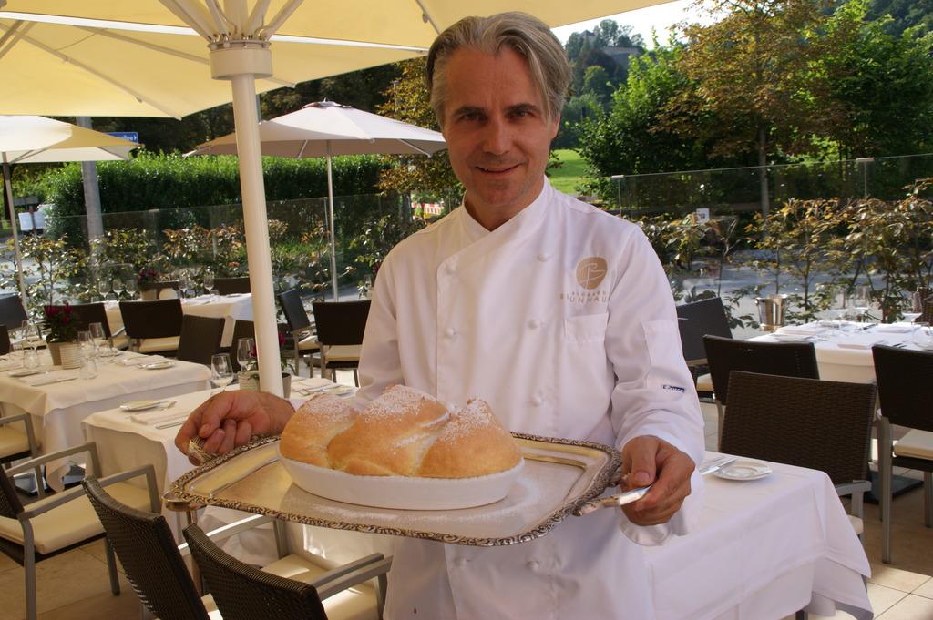 Auf das Endresultat sind wir sehr stolz: Spitzenkoch Richard Brunnauer zeigt unsere ersten Salzburger Nockerl.