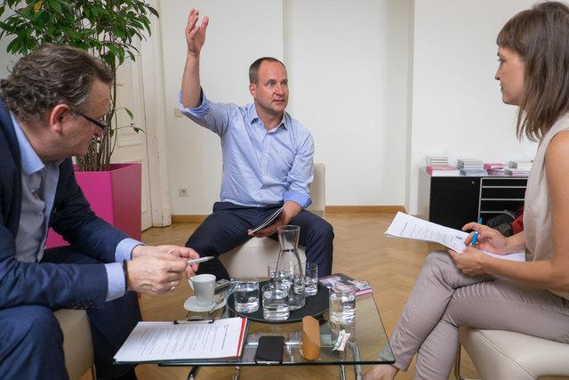 Matthias Strolz würde gern das Bildungsressort übernehmen, bekäme er die Gelegenheit dazu, sagt er zu Chefredakteur Wolfgang Unterhuber und Redakteurin Linda Osusky.