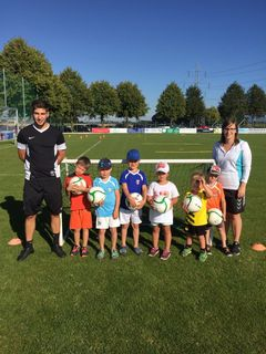 """Der Schiedlberger Fußballnachwuchs freut sich über die Unterstützung, hier einige der jüngsten, die """"Young Schiedlbärs""""."""
