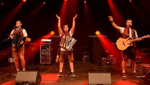 """Edle Weine, feine Schmankerln der Götzner Bäuerinnen und fetzige Musik der """"Fetzign Tiroler""""!"""