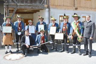 Die geehrten und ausgezeichneten Mitglieder der Schützenkompanie Gries i. S. mit Gratulanten.