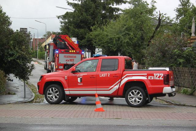 Beseitigung der Sturmschäden: Die Einsatzkräfte der Freiwilligen Feuerwehr Traun im Dauereinsatz.