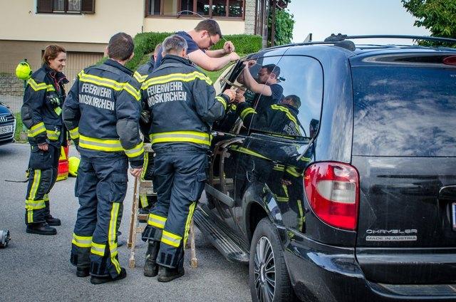 Ein Kleinkind saß im Wagen fest, die Mooskirchner Feuerwehrleute retteten das Kind.