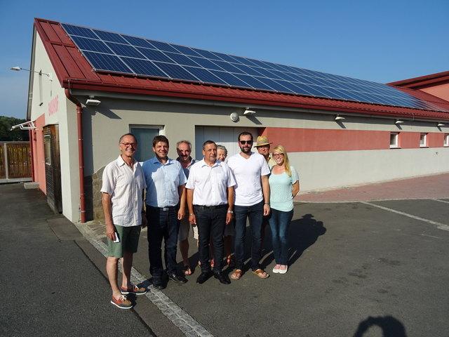 Auf dem Dach des Bauhofs erzeugt die Photovoltaikanlage Ökostrom, die 33 Bürger aus Minihof-Liebau finanziert haben.
