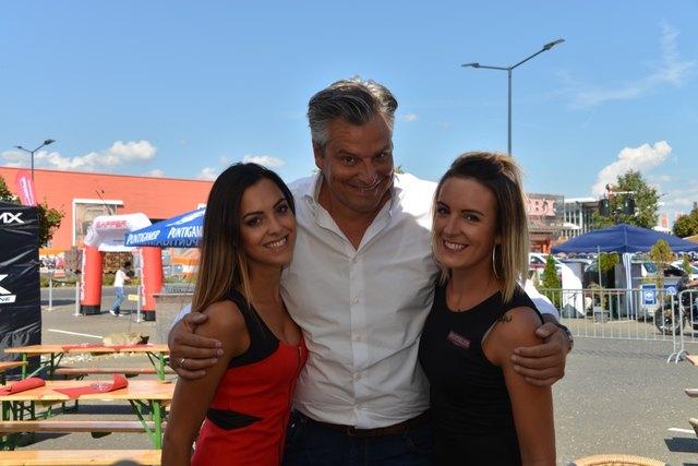 ORF-Moderator Dorian Steidl mit zwei hübschen Promotion-Girls. Fotos: Pfister