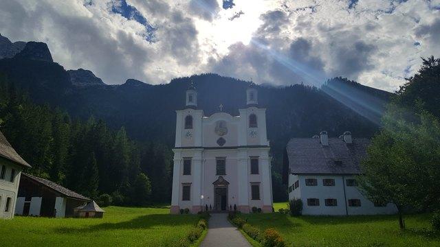 """Wer einmal vor dem berühmten """"Pinzgauer Dom"""" Maria Kirchental steht, der kann sich der strahlendenSchönheit dieses Ortes und seiner ganz besonderen Atmosphäre, die Herz und Seele berührt, unmöglich verschließen"""