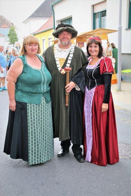 Annemarie Kornhofer mit Marktrichter Richard Hermann und Elisabeth Schüller