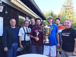 Peter Rutzendorfer und Warren Goslett (Mitte) durften erstmals den Siegerpokal in den Händen halten.