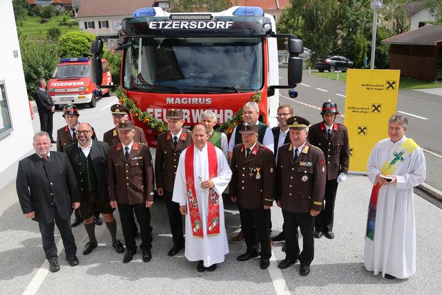 Feuerwehrkurat Toni Herk-Pickl (Mitte) und die Ehrengäste vor dem neuen Einsatzfahrzeug