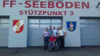 Die Feuerwehr-Kameraden mit Werner Egger vor dem neuen Rüsthaus