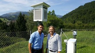 Peter Aigner und Vizebürgermeister Adolf Brunnthaler vor der Klimastation Weyer