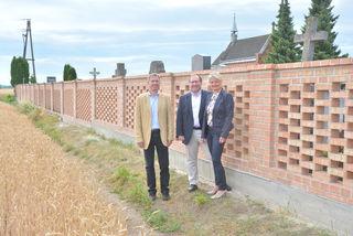 Ein weiteres Teilstück der Friedhofsmauer ist saniert: Johannes Sykora, Stadtrat für öffentliche Einrichtungen, Vizebürgermeister Harald Schinnerl und Gemeinderätin und Ortsvorsteherin von Neuaigen Paula Maringer.