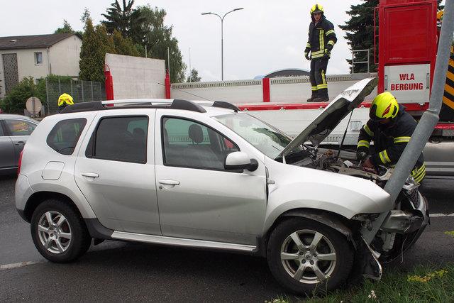Die Feuerwehr Waidhofen übernahm die Bergung des Unfallfahrzeugs.