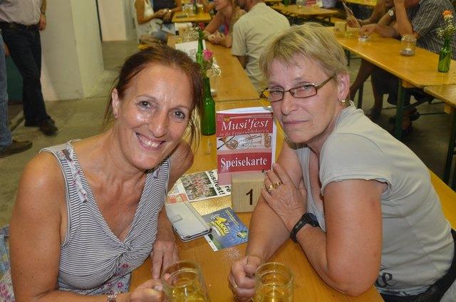 Liselotte und Gertraud sind treue Fans der Brucker Blasmusik.