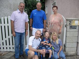 Obmann Christian Lechner, Andreas Weissmann und Susanne Weiss übergaben den Reinerlös des Benefiz-Fußballturniers an die Familie Pelech zur finanziellen Unterstützung der wichtigen Therapien für Philip Pelech.