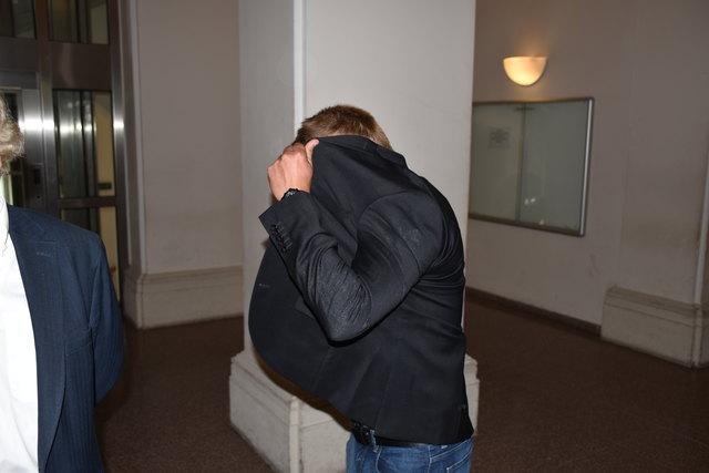 Der Angeklagte: Vor Gericht g'schamiger als in seinem Nazi-Keller.