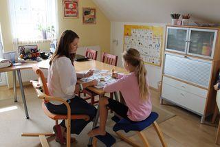 Kinder und Jugendliche, die unter Legasthenie oder einer Dyskalkulie leiden, sollten therapeutische Hilfe bekommen.