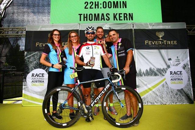 Das Team von Thomas Kern am Siegerpodest beim Race Around Austria Challenge, bestehend aus Christina und Melanie Arnreiter, Stefan Haudum und Peter Gruber.