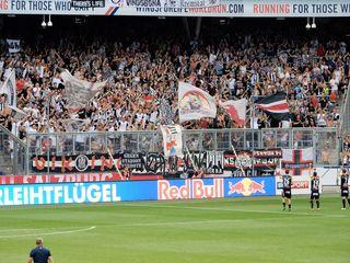Mit Choreografien und Sprechgesängen machten die LASK-Fans auch beim Auswärtsspiel in Salzburg auf sich aufmerksam. Foto: Lechner