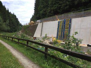 In St. Kathrein/Hauenstein sind derzeit die Arbeiten an den Stützmauern voll im Gange.