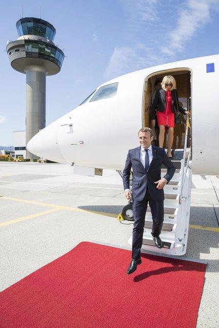 Präsident Emmanuel Macron und Brigitte Macron steigen nach ihrer Ankunft am Salzburg Airport aus dem Flugzeug.
