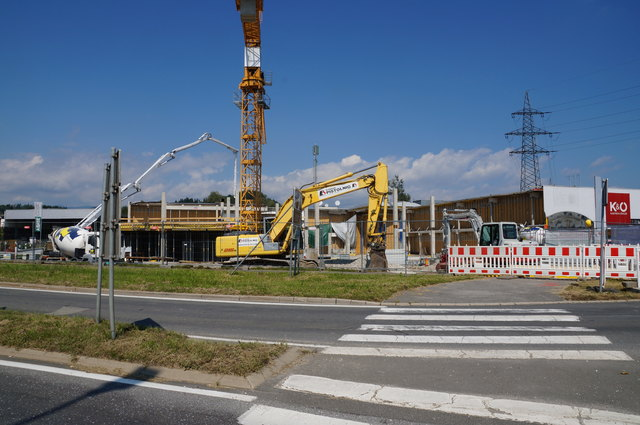 Die WEZ-Baustelle in Bärnbach wächst, die Steher sind bereits aufgestellt.