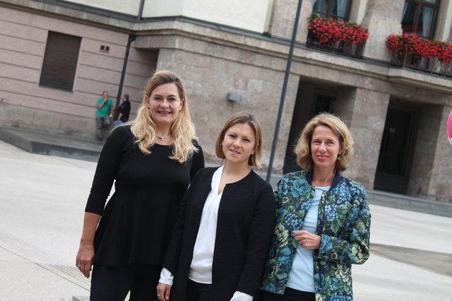 Unternehmerin Julia Seidl (Mitte), Editorin Christine Kittinger (re.) und Volksschuldirektorin Dagmar Klingler (li.) belegen auf der NEOS-Liste in Innsbruck die ersten drei Plätze.