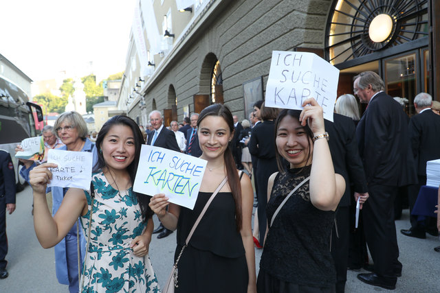 """Diese drei jungen Damen versuchten ihr Glück bei der Premiere von """"Aida"""" – ob sie es geschafft haben, ist nicht bekannt."""