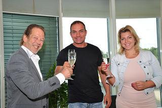 Stadtgut Steyr Geschäftsführer Walter Ortner (links), Happy Fit Inhaber Sven Decker (mitte) und Stv. Geschäftsführerin Carmen Esletzbichler (rechts) stoßen auf die Vertragsunterfertigung für weitere 3.700 m² zur Erweiterung von Happy Fit an.