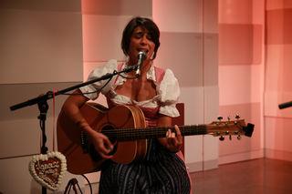 Mandana Nikou spielt mit ihren Freunden in Scheibbs auf.