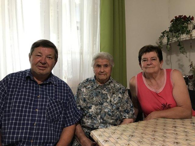 Gemeinsam mit Sohn Josef und Schwiegertochter Edith verbringt Maria ihren Alltag.