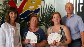 Helga Sturm (l.) und Maximilian Lötsch überreichten Sandra Windischbauer (2.v.l.) und Sabine Schuster die Gewinne.