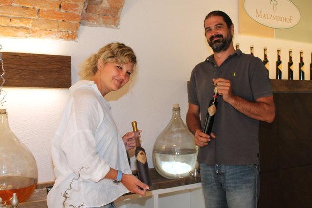Barbara Drescher und Markus Hochmair mit guten Tropfen am Malznerhof.