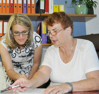 Nationalratsabgeordnete Ulrike Königsberger-Ludwig (li) mit der Bezirksvorsitzenden des Pensionistenverbandes Erna Petroczy (re).