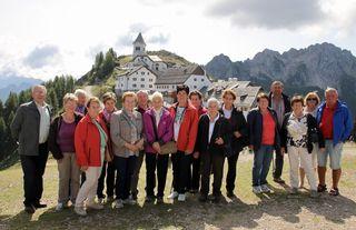 Eine kleine Gruppe vor der Wallfahrtskirche Maria Luschari