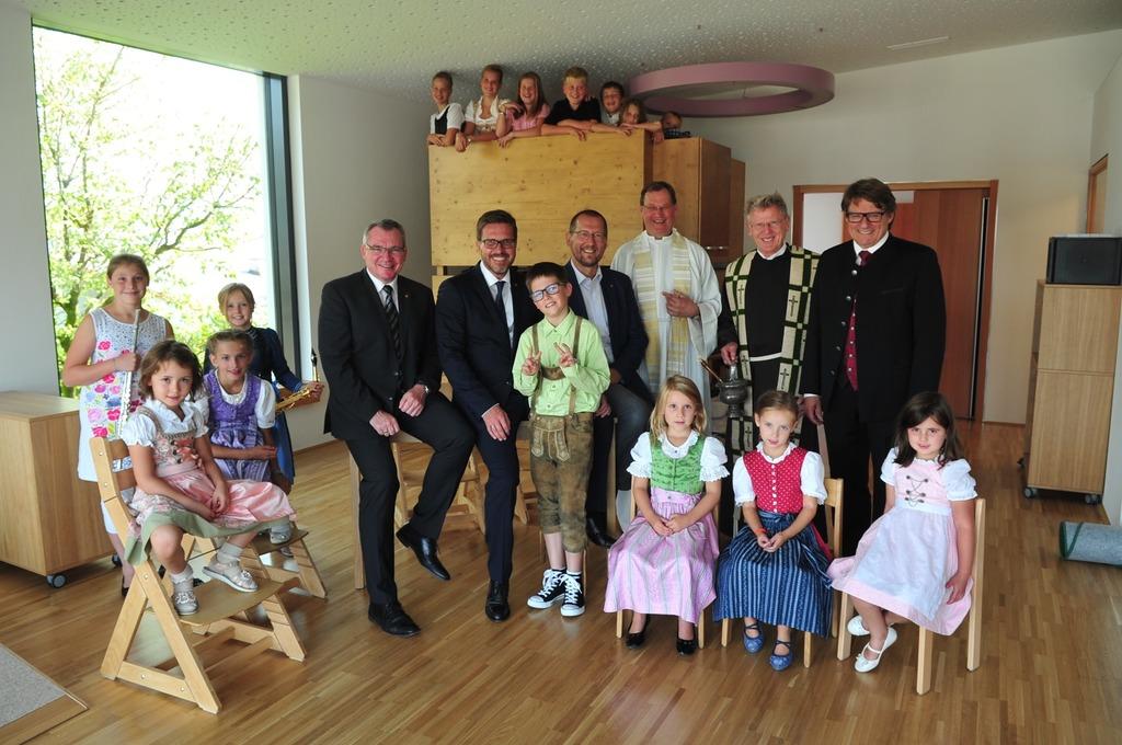 Gute Laune bei großen und kleinen Ehrengäste: Einige Kinder samt Ehrengästen beim offiziellen Einweihungsfoto!