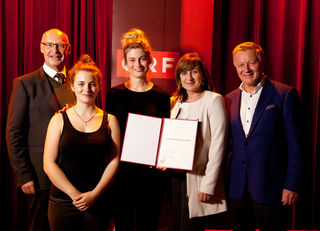 Landestheater-Intendant Johannes Reitmeier, Ronja Forcher, Julia Posch, LRin Beate Palfrader und ORF-Direktor Helmut Krieghofer bei der Verleihung des Josef-Kuderna-Stipendiums 2015.