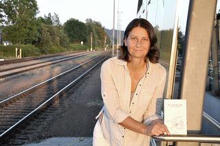 """Autorin Eva Schlegl denkt nicht daran, sich ein Auto zu kaufen – """"ich komme überall hin"""", sagt sie."""