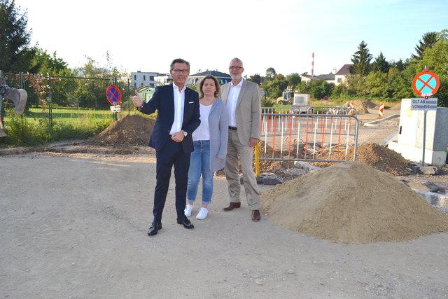 """Bau-Stadtrat Hubert Holzer, Gemeinderätin Karin Zwischenberger und Bauamtsleiter Wolfgang Schenk machen sich """"Auf der Scheibe"""" ein Bild von den Fortschritten."""
