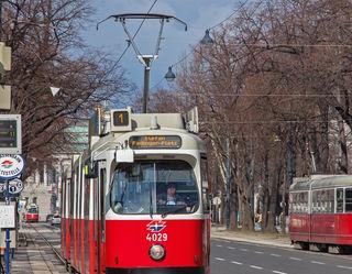 Eine Straßenbahn der Linie 1, hier am Ring, kollidierte mit dem Motorradfahrer.