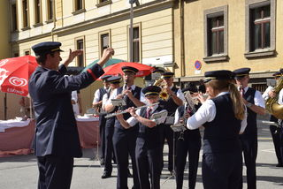 Die Musikkapelle der ÖBB am Innsbrucker Hoffest im Innenhof der Bundesbahndirektion. Kapellmeister: Michael Hölbling.