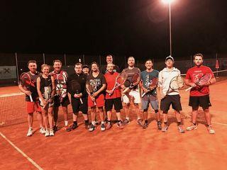 Zwölf Ischler Tennisenthusiasten matchten sich beim Flutlichtturnier in Bad Ischl.