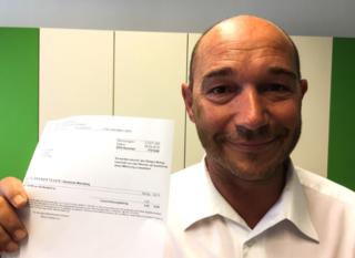 Konsequente Mahnung: Michael Runda mit der 60-Cent-Forderung der BH Villach