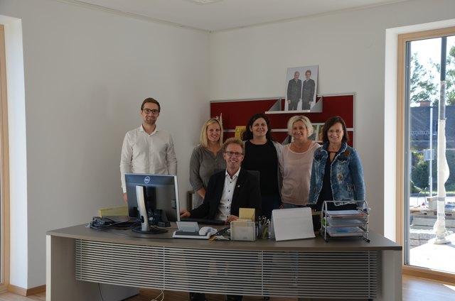 Bürgermeister Werner Höfler hat mit seinem Gemeinde-Team schon im neuen Gemeindezentrum Platz genommen.