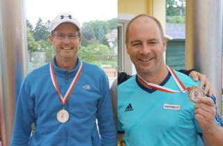 Warren Goslett (li) und Huber Markus freuen sich über ihre Medaillen bei den Landesmeisterschaften.