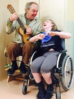 Dr. G. Wurl muntert mit Witz und Musik auf.