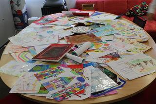 Ein Tisch voller Kunstwerke: Rund 150 Zeichnungen erreichten die Redaktion der Schärdinger BezirksRundschau.